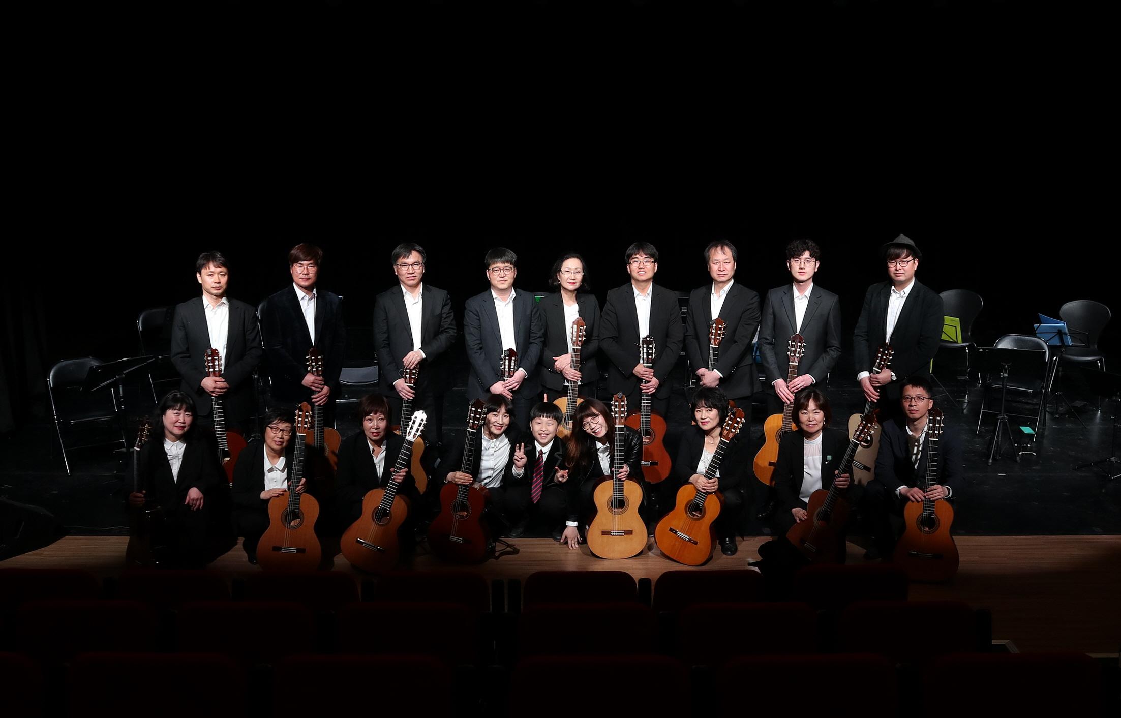 아만테스 2019년 4월 정기연주회 단체사진.jpg